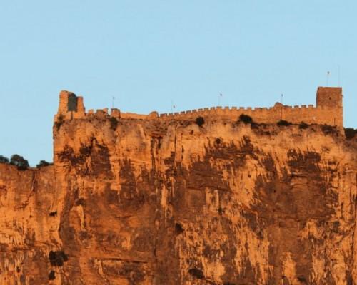 De Mornas à sa forteresse